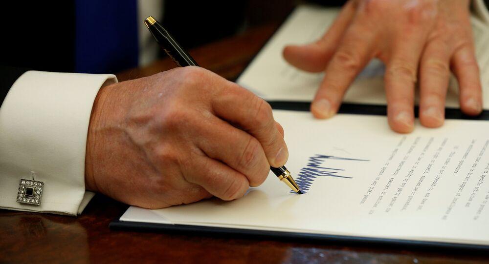 Donald Trump signe un document