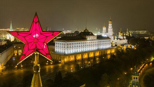 L'étoile en haut d'une tour du Kremlin de Moscou et le Grand palais du Kremlin - Sputnik France