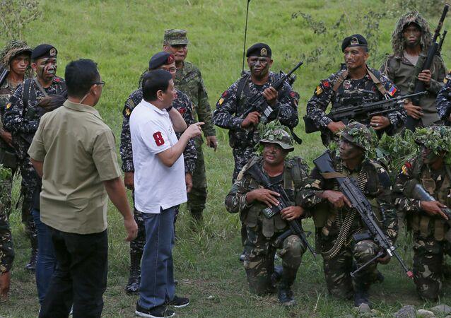 Rodrigo Duterte et des soldats