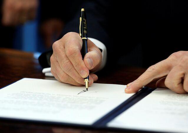 Le président américain signe le document