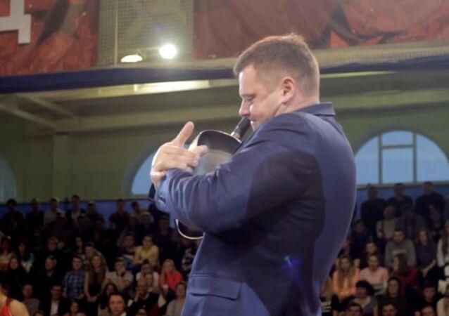 Un hercule russe tord une poêle à frire devant ses fans (Vidéo)
