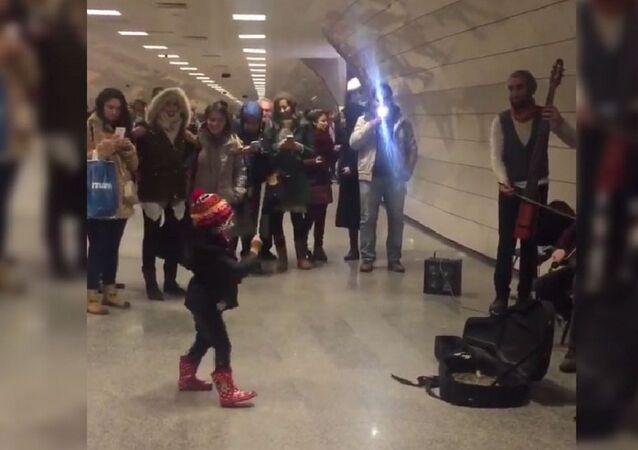 Une fillette d'Istanbul improvise devant des musiciens de la rue