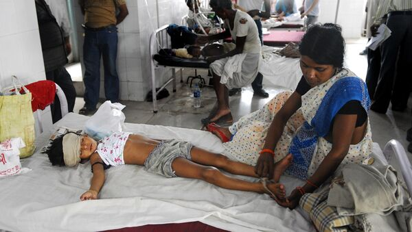 An Indian woman attends to a child lying in a bed of a hospital in Muzzafarapur, some 100kms north of Patna on June 23, 2011. - Sputnik France
