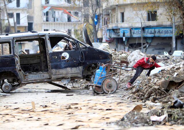 Мальчик с газовым баллоном в разрушенном Алеппо, Сирия