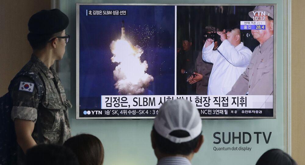 Des militaires sud-coréens regardent le journal télévisé sur le tir d'un missile balistique nord-coréen. Archives