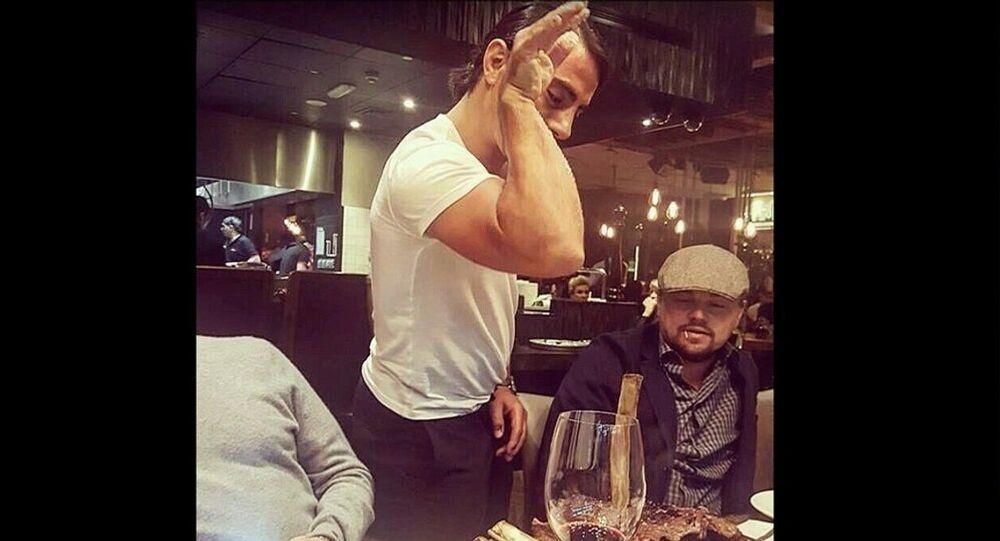 Le célèbre Salt Bae assaisonne le bœuf de Leonardo DiCaprio