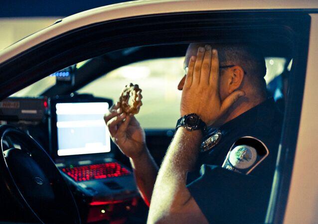 Un policier avec un donut