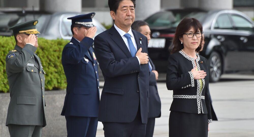 Tomomi Inada (àdroite) et Shinzo Abe