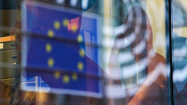 Reflection of the EU flag in a window of a building in Brussels. - Sputnik France