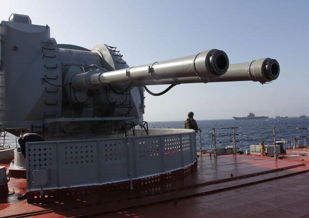 Le canon automatique naval de 130 mm AK-130 du croiseur nucléaire lance-missiles Pierre le Grand dans l'océan Atlantique
