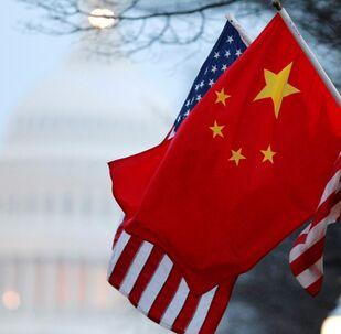 les drapeaux des États-Unis et la Chine