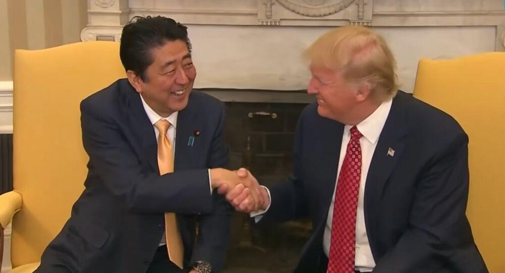 Une poignée de main entre Donald Trump et Shinzo Abe