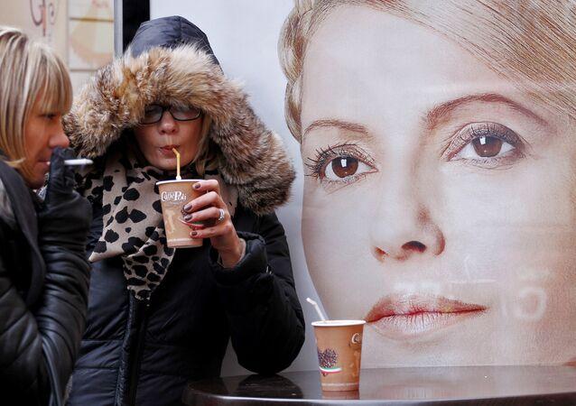 Des habitantes de Kiev devant une affiche représentant Ioulia Timochenko. Archive photo