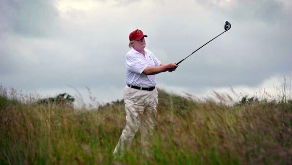 Donald Trump joue du golf pendant l'inauguration de son parcours de golfe Trump International Golf Links à Aberdeenshire, en Écosse, le 10 juillet 2012 - Sputnik France