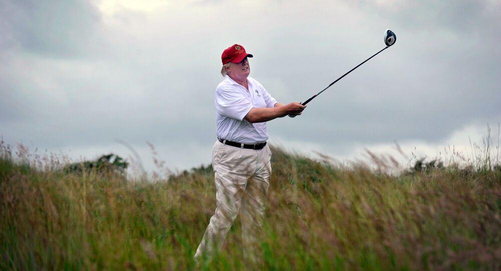 Le Président américain Donald Trump joue au golf
