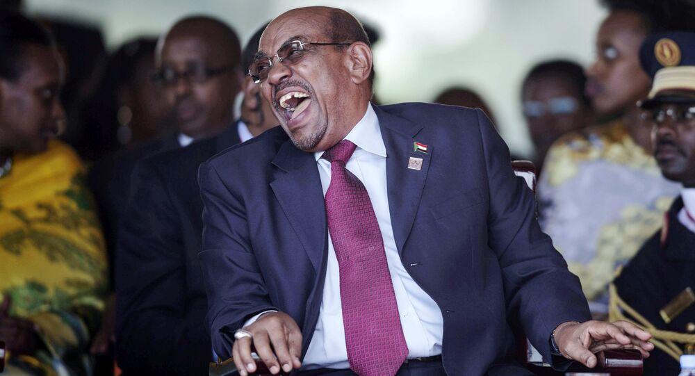 Le président soudanais Omar Hassan el-Béchir rit lors de la cérémonie d'investiture du président ougandais Yoweri Kaguta Museveni à Kampala, en Ouganda, le 12 mai 2016.