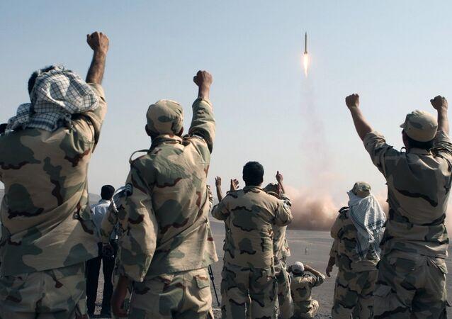 Des tirs de missiles lors de manœuvres des Gardiens de la révolution dans les régions centrales de l'Iran