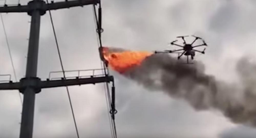 Un drone balayeur lance-flammes nettoie les lignes électriques en Chine