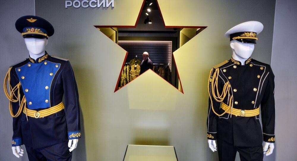 «Armée de Russie» présente des vestes de hussards serties de cristaux Swarovski