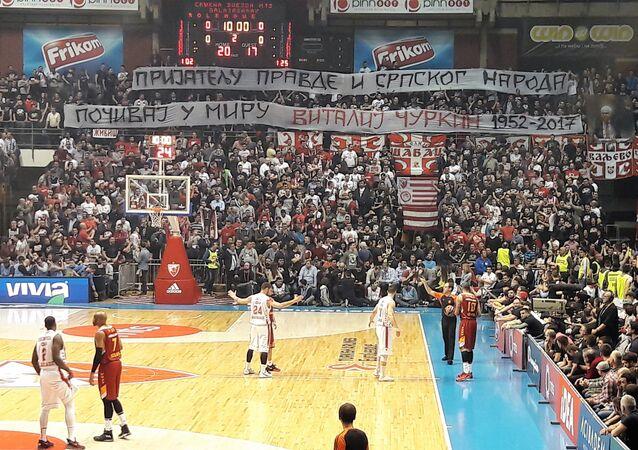 L'hommage émouvant de supporters de basket serbes à Vitali Tchourkine (Vidéo)