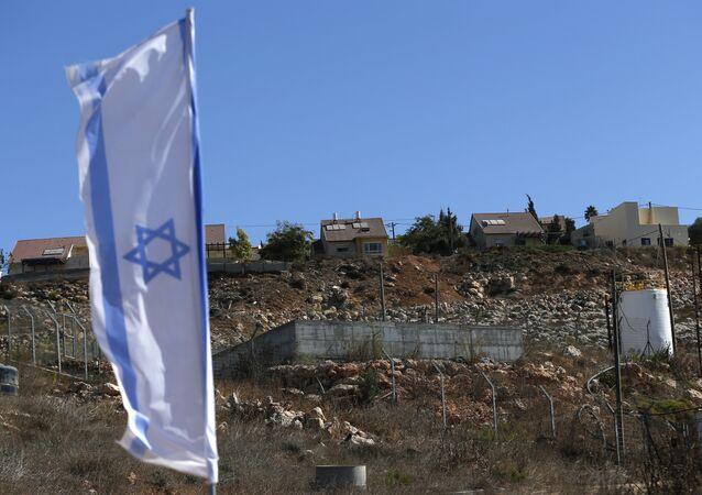Le drapeau national israélien prés d'un site de construction de la colonie juive de Shilo dans les territoires palestiniens occupés