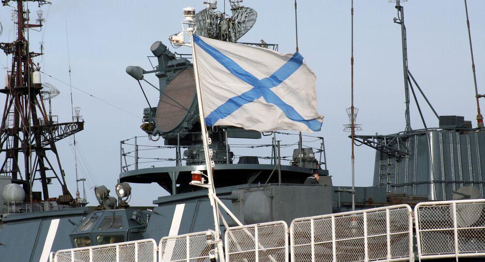 Le drapeau de la marine russe sur l'un des bâtiments de la Flotte du Nord