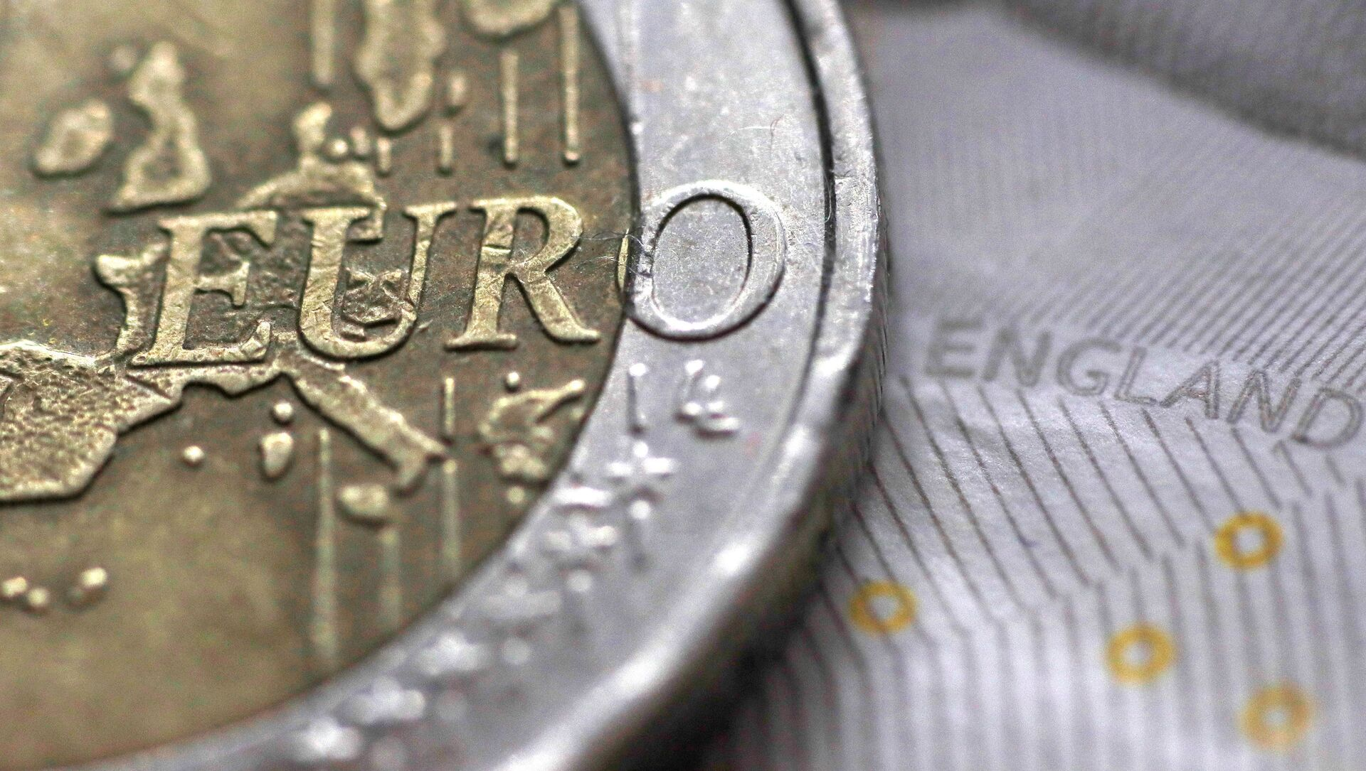 A two Euro coin is pictured next to an English ten Pound note in an illustration - Sputnik France, 1920, 15.09.2021