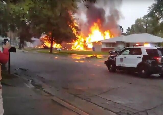 Un avion s'écrase dans un quartier résidentiel en Californie: 4 morts (Vidéo)
