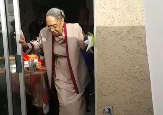 Pour ses 100 ans, elle danse comme jamais