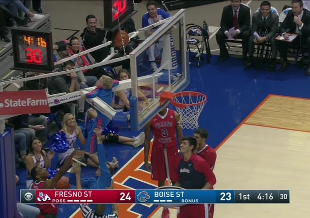 Un supporteur de basket sauve un match du blocage