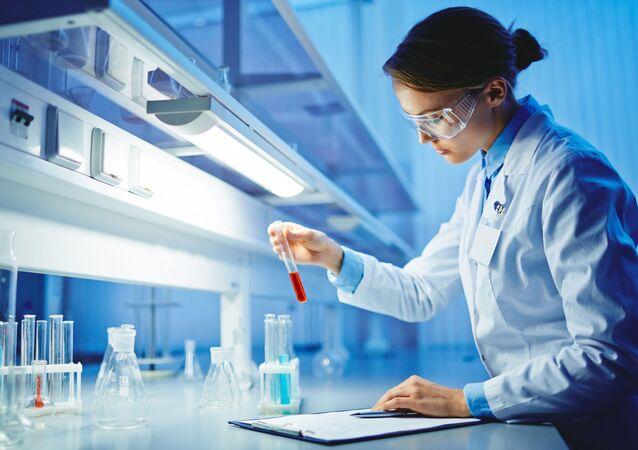 Une femme dans le laboratoire