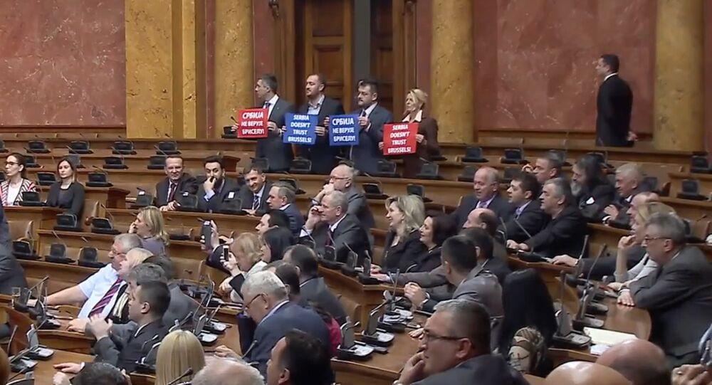 Accueil glacial pour Federica Mogherini au parlement serbe