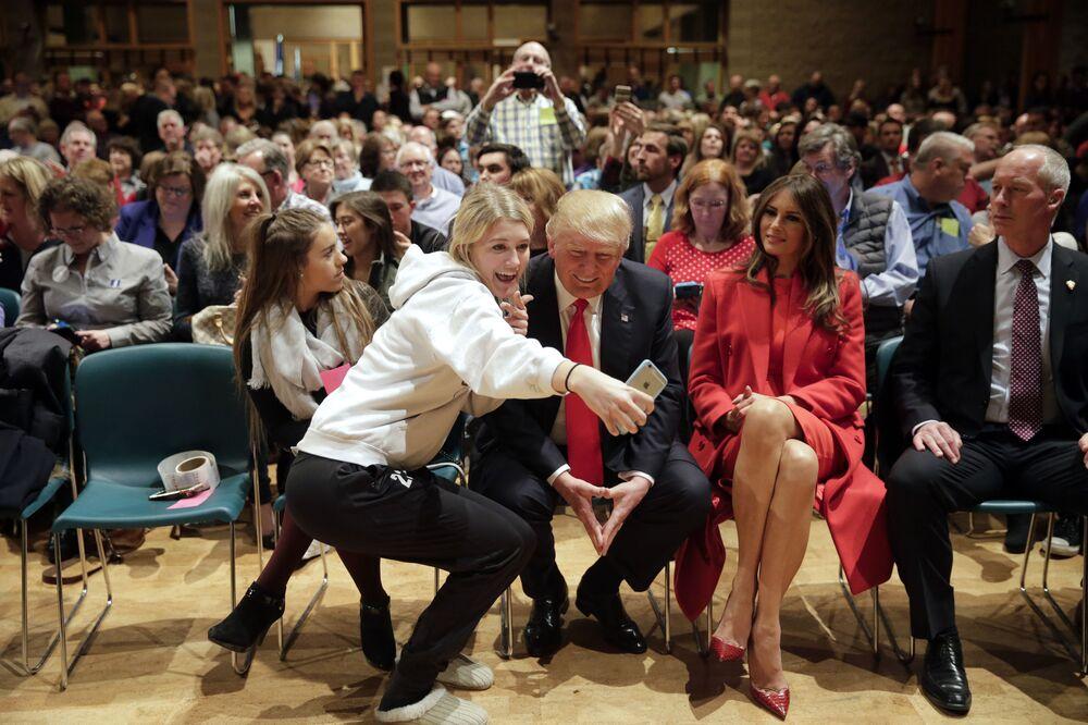 Donald Trump a consenti à se faire photographier avec une de ses supportrices lors d'une rencontre pendant la campagne électorale dans l'Iowa