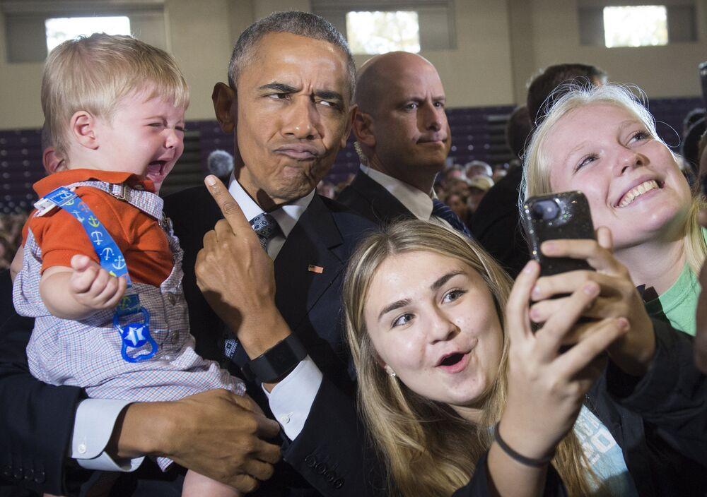 Barack Obama se fait photographier avec les partisans d'Hillary Clinton pendant la campagne présidentielle dans l'Ohio