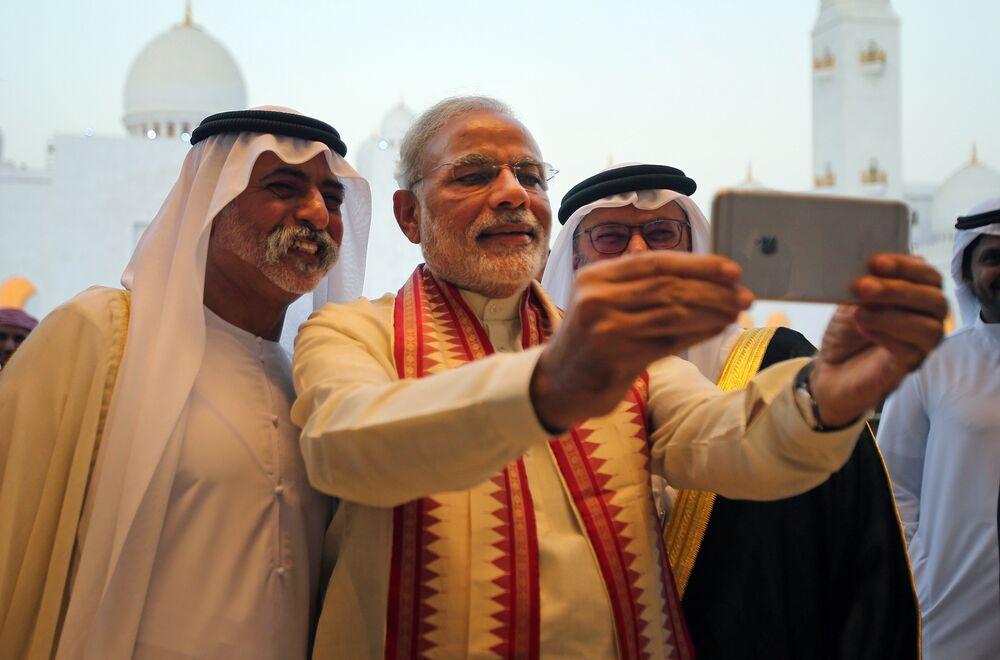 Le premier ministre indien Narendra Modi fait une selfie avec le ministre de l'Enseignement supérieur et de la recherche des Émirats arabes unis, le cheikh Hamdan Bin Mubarak Al Nahyan (à gauche)