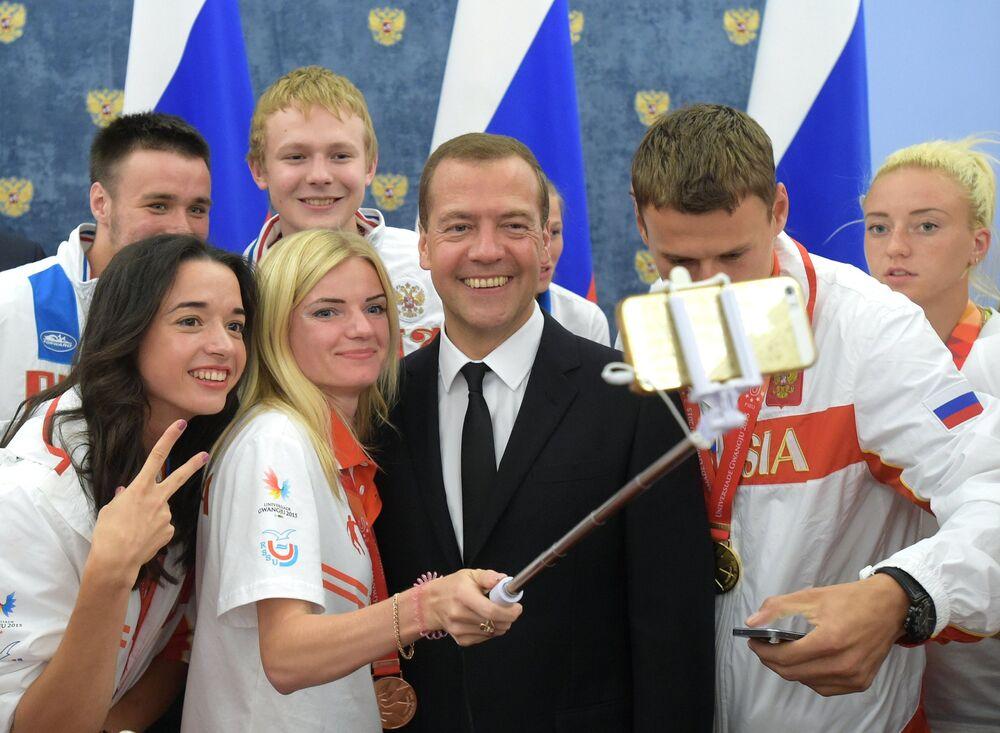 Le chef du gouvernement russe Dmitri Medvedev se fait photographier avec les gagnants de la XXVIIIe Universiade d'été à Kwangju, en République de Corée, dans la résidence « Gorki »