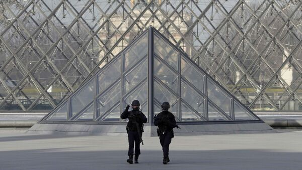 French police secure the site near the Louvre Pyramid in Paris, France, February 3, 2017 after a French soldier shot and wounded a man armed with a knife after he tried to enter the Louvre museum in central Paris carrying a suitcase, police sources said. - Sputnik France