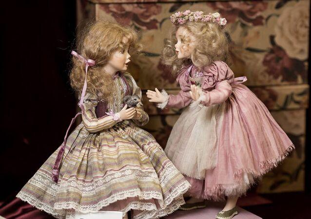 Les poupées d'auteur exposées au Salon international de Moscou créent une ambiance de fête