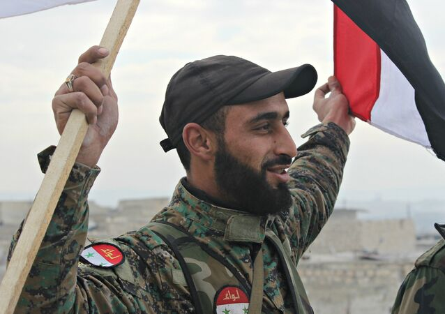 Un soldat de l'armée syrienne célèbre la libération d'un quartier