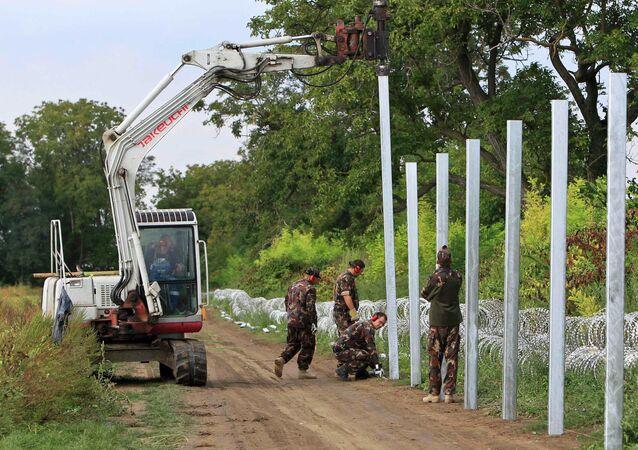 La construction d'une clôture à la frontière Hongrie-Croatie