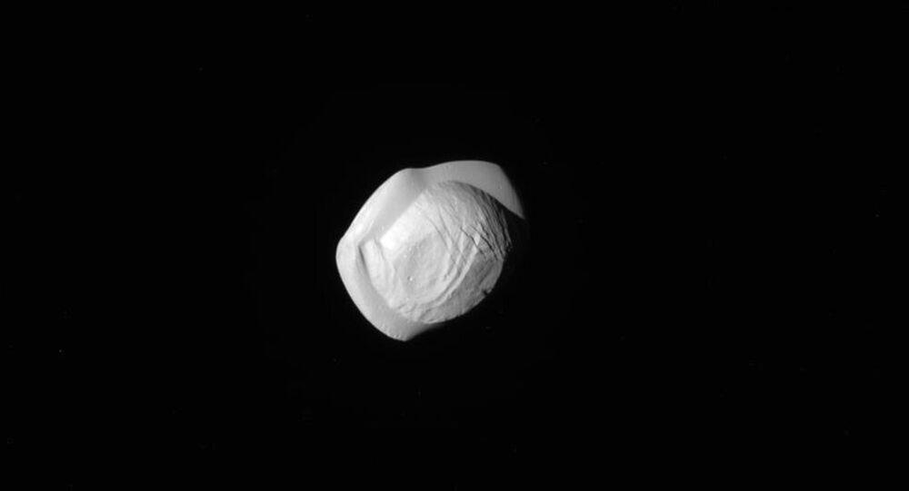 Le satellite de Saturne a la forme d'un ravioli