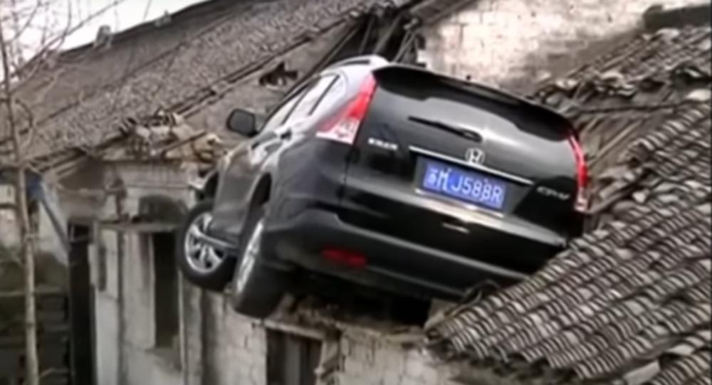 Une voiture atterrit sur le toit d'une maison en Chine