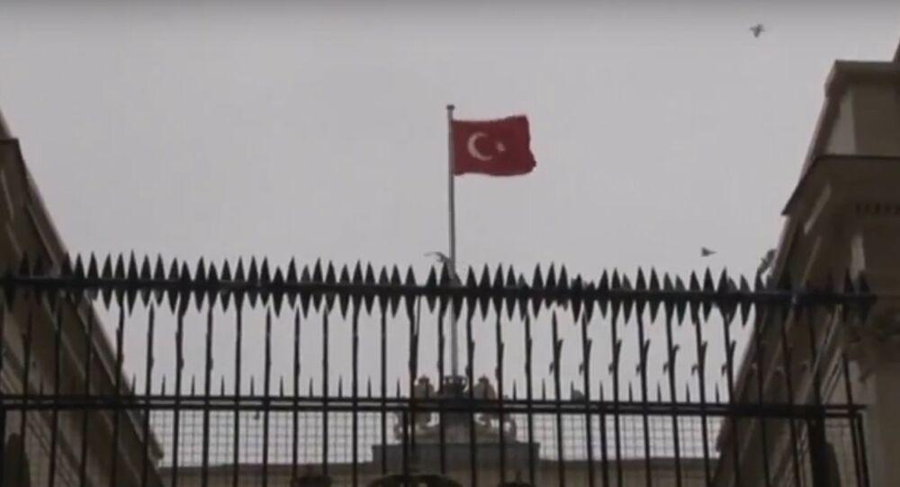 Turquie: le drapeau néerlandais arraché au consulat à Istanbul