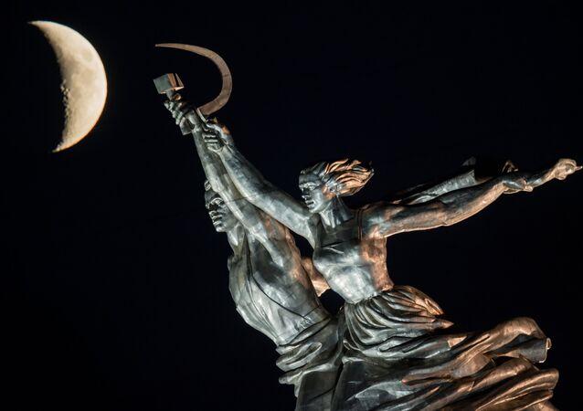 Le monument de l'Ouvrier et la Kolkhozienne à Moscou et la Lune