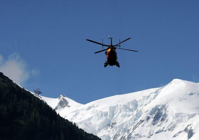 Un hélicoptère dans les Alpes