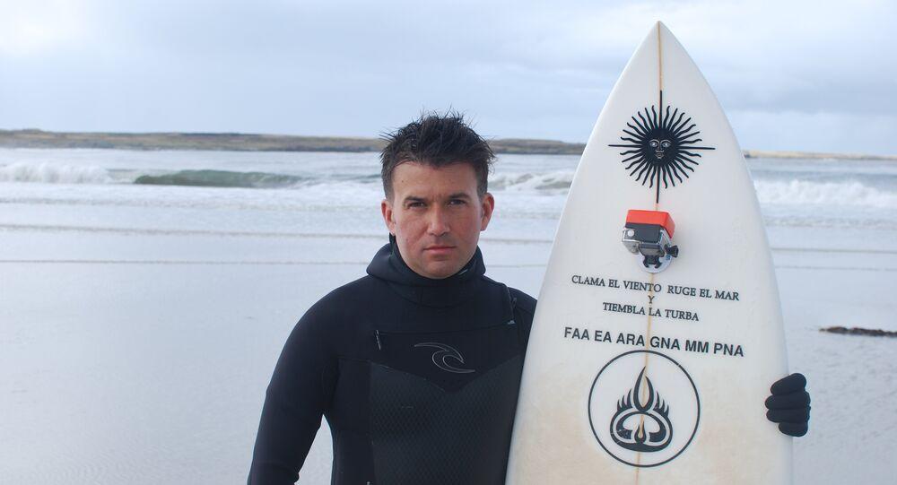 Chroniques de la guerre des Malouines: il surfe pour rendre hommage à son père