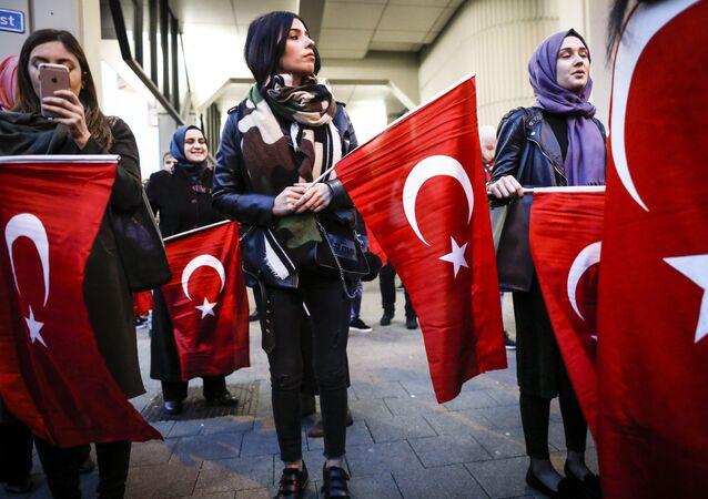 Manifestantes avec les drapeaux turcs à Rotterdam. Archive photo