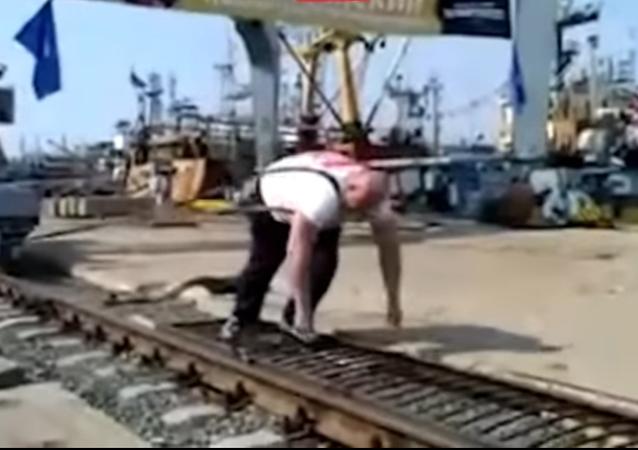 Un champion russe déplace une grue portuaire