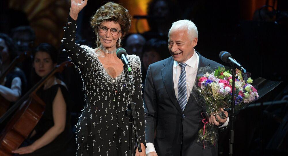 Sophia Loren remet le prix musical international BraVo à Vladimir Spivakov
