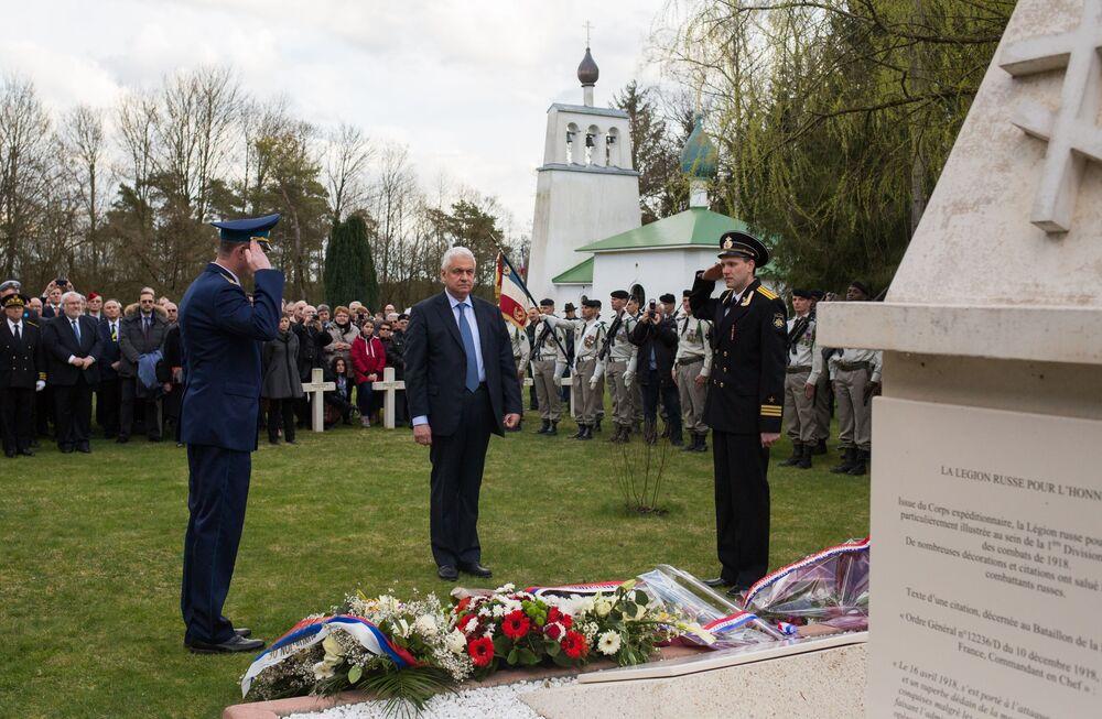 Les ossements du soldat inconnu russe de nouveau inhumés en France